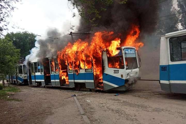 В Днепре посреди улицы сгорел трамвай - В Днепре посреди улицы сгорел трамвай (фото)