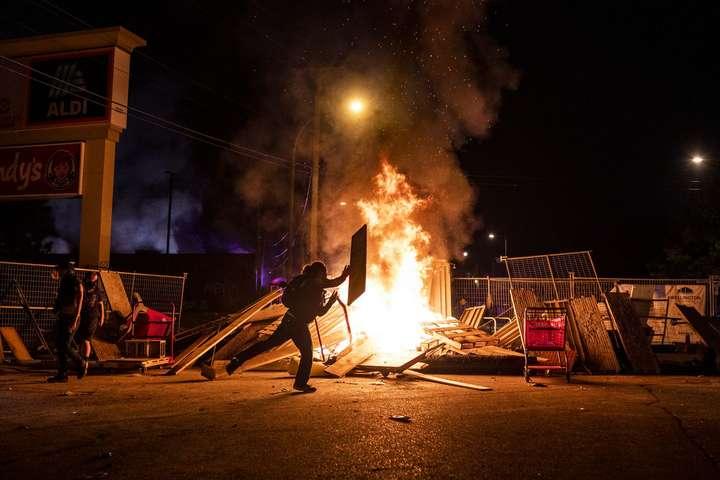 <span>У Міннеаполісі протести перетворилися на&nbsp;заворушення, грабежі і підпали магазинів</span> — У Міннеаполісі після зіткнень оголосили комендантську годину»></div> <p><span>У Міннеаполісі протести перетворилися назаворушення, грабежі і підпали магазинів</span></p> </p></div> <p>МерМіннеаполісаДжейкоб Фрей заявив про введення в місті комендантської години через протести, які переросли вбезлади та зіткнення зполіцією.</p> <p>Комендантська година триватиме всі вихідні з 20:00 до 6:00.</p> <hr> <blockquote class=