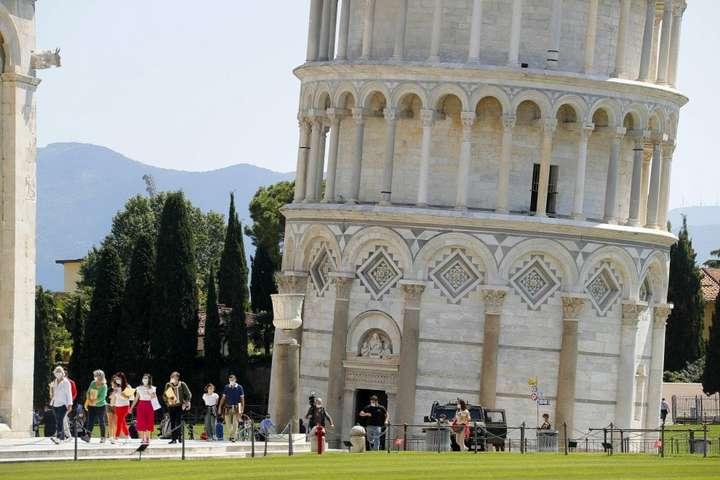 Перші відвідувачі сьогодні змогли піднятися на вершину знаменитої Пізанської вежі - Пізанську вежу відкрили для відвідувачів після двох місяців карантину
