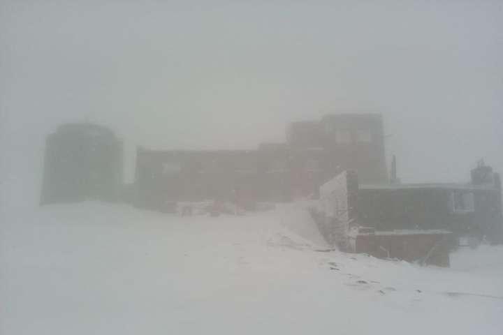 Перший день літа. У високогір'ї Карпат лежить сніг (фото)