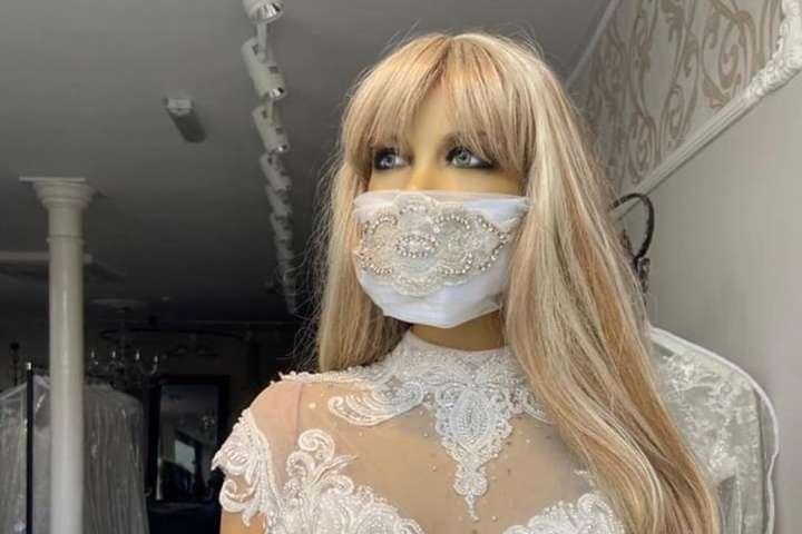 Новый тренд: защитные маски в тон свадебным платьям стали популярны среди невест