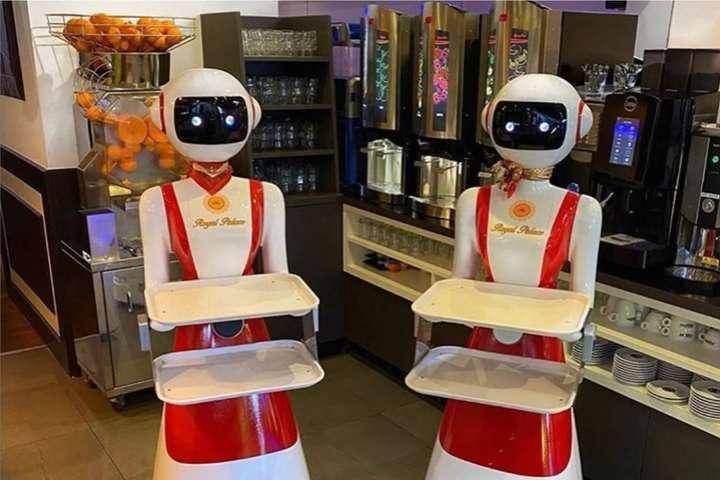 У Нідерландах ресторан замінив офіціантів роботами - У Нідерландах ресторан замінив офіціантів роботами, аби працювати в умовах епідемії Covid-19