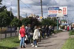 Фото: — Черга збирається біля відділенні банку, де можна оплатити послуги за оформлення документів, необхідних для виїзду за кордон