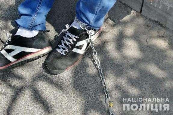 На Луганщині матір саджала 14-річну дівчинку на ланцюг - На Луганщині матір саджала 14-річну дівчинку на ланцюг