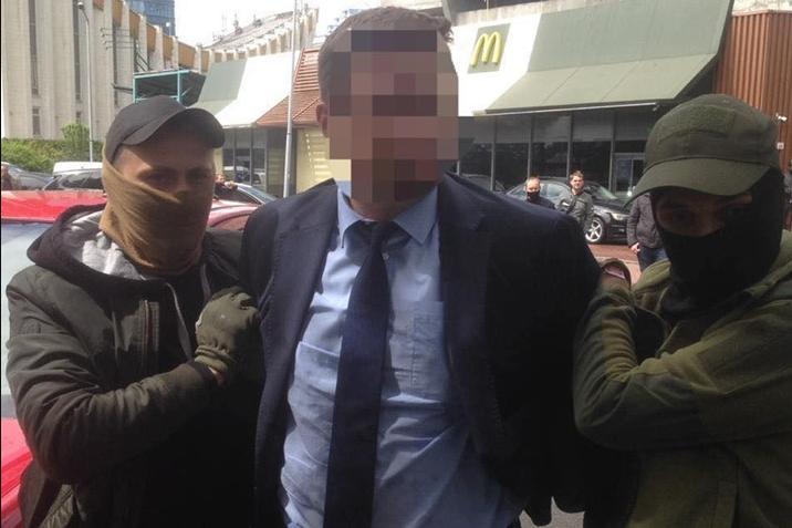 Чиновник МОН пойман на взятке в 300 тыс. грн - Работника Министерства образования и науки поймали на взятке в 300 тыс. грн