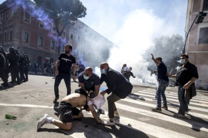 Демонстранти почали кидали пляшки і каміння у бік поліції, журналістів та фотографів і кричали «журналісти, терористи» - Коронавірусні протести у у Римі: поліція застосувала сльозогінний газ і водомети