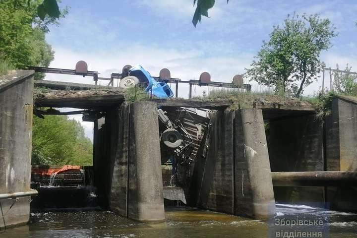 Під вантажівкою обвалився міст - На Тернопільщині під вантажівкою обвалився міст (фото)