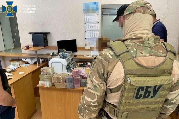 В офісах конвертцентру правоохоронці вилучили чорнову бухгалтерію та готівку на загальну суму понад 9 млн гривень — В Одесі СБУ припинила діяльність конвертцентру, що переводив гроші клієнтів до Росії