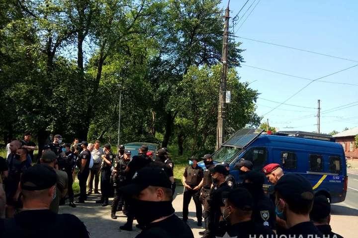 Авто Рабіновича закидали яйцями в Чернігові - У Чернігові активісти закидали яйцями авто Рабіновича. Затримали 10 осіб, постраждав один поліцейський
