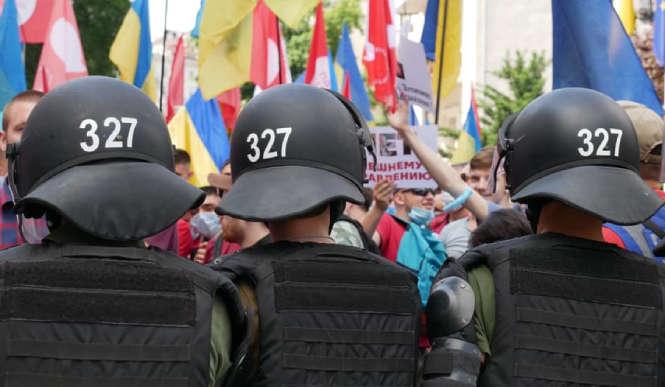 Нацгвардійці 15 червня на акції були в однакових шоломах — У МВС пояснили однакові номери на шоломах нацгвардійців під час акції
