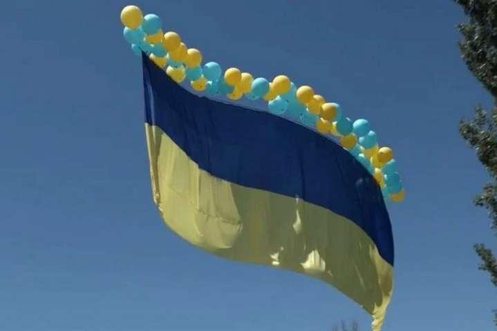 <p>Один з&nbsp;організаторів акції зазначив, що&nbsp;Україна хоче нагадати, що&nbsp;поверне свої території</p> - Військові та переселенці запустили прапор України в бік окупованого Донецька