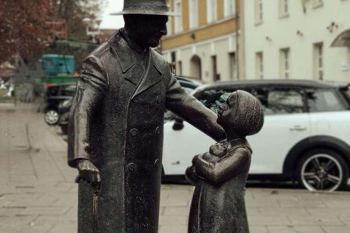 Вандали облили білою рідиною пам'ятник лікарю Цемаху Шабаду, який був прототипом лікаря Айболита - Вандали облили хімікатами пам'ятник лікарю Айболиту у Вільнюсі