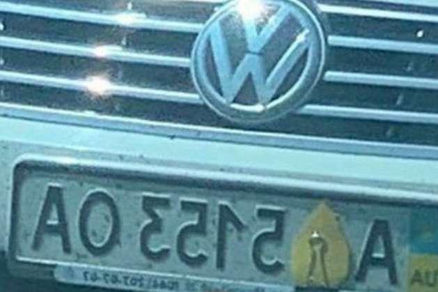 <p>Один з водіїв вирішив заліпити номерний знак листочком зі скріпкою</p> - У мережі показали, як водії намагаються обдурити систему автофіксацій порушень ПДР