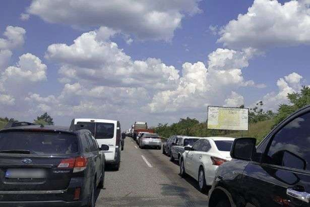 На виїзді із Одеси 29 червня утворився затор - Нагулялись: на виїзді з Одеси утворився великий затор