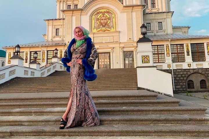 <p>Анастасія Волочкова відвідала монастир у закритому на карантин селі</p> <p> — Поліція в РФ склала протокол на балерину Волочкову через порушення карантину»></p></div> <div class=