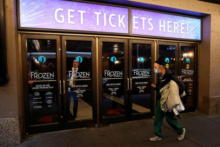 <p>Власники та продюсери театрів на Бродвеї повернуть гроші з придбані квитки на вистави, заплановані до 3 січня 2021 року</p> <p> — Бродвейські театри залишаться зачиненим щонайменше до кінця року»></p></div> <div class=