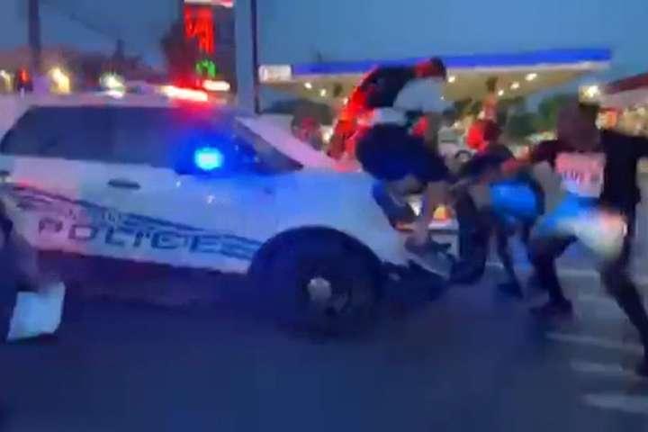 Мер Детройта пояснив, що на поліцію напали — У Детройті поліцейські наїхали автомобілем на натовп протестувальників