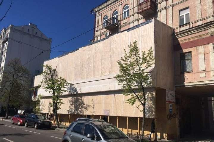 Роботи у будинку наЯрославому Валу, 10 проводяться без дозволів - Реконструкція по-київські: під історичним будинком вирили п'ять поверхів (фото, відео)