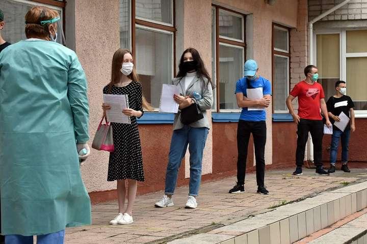143 участника не смогли принять участие в ВНО из-за обнаруженных у них признаков ОРЗ - На ВНО по украинскому языку и литературе не допустили 143 участников