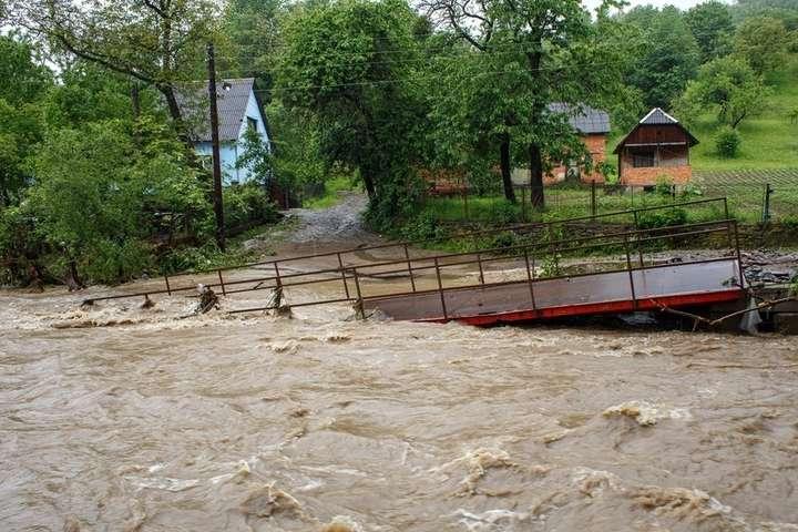Потоп разрушил несколько мостов в Закарпатской области - Убытки от потопов на Закарпатье оценили в 176 млн грн