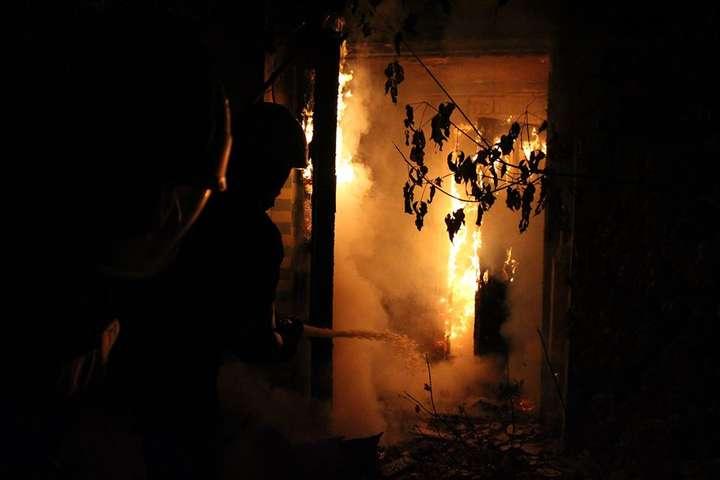 Внаслідок пожежі будівля вигоріла повністю — На Печерську вщент згоріла відселена будівля: постраждав чоловік