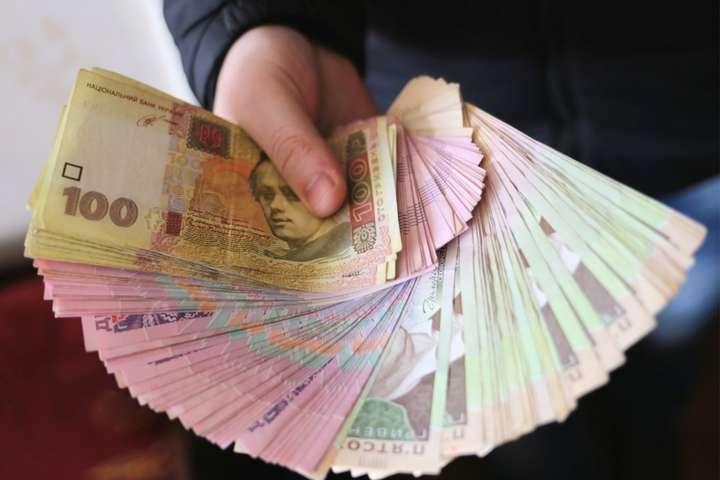 Шахрай вимагав 500 тис. грн за позитивне рішення у кримінальному провадженні стосовно бізнесмена - Керівник відділення Асоціації платників податків попався на хабарі