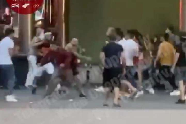 pВранці 4 липня між двома компаніями виник конфлікт, який переріс в бійку/p - Масова бійка в Києві: у поліції відреагували на звинувачення