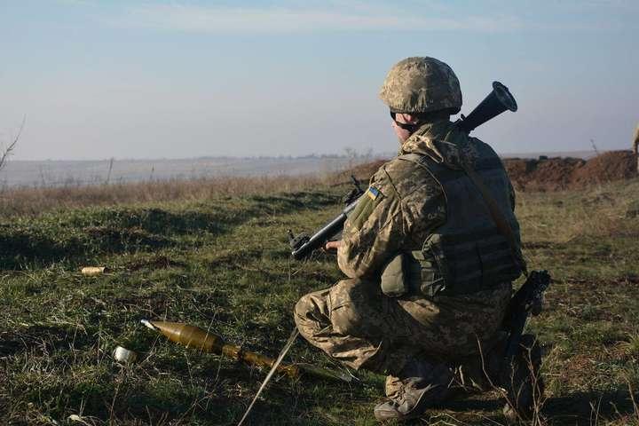 Українські воїни негайно відреагували на усі можливі загрози з боку загарбників та змусилиїх припинити свої агресивні дії, запевнили у штабі - За добу на Донбасі зафіксовано 10 ворожих обстрілів, одного бійця поранено