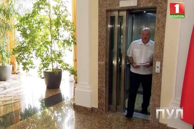 Лукашенко прийшов на інтерв'ю з журналістом без взуття (відео)