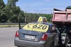 Фото: — Автомобіль таксі врізався у припарковану вантажівку