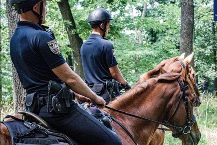 pКінне патрулювання у столиці почалося із запізненням через карантин/p - Столичні парки та сквери почала патрулювати кінна поліція