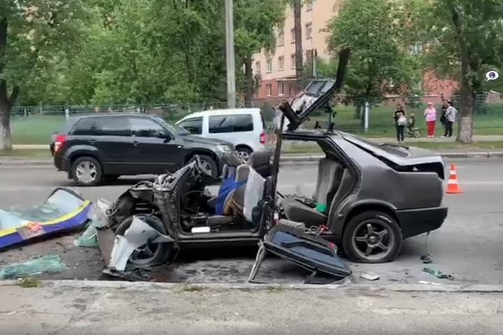 <p>За словами свідків, у пасажира Мersedes сильно пошкоджена нога</p> <p> — У Києві Mercedes влетів у маршрутку і перетворився на купу металу (відео)»></p></div> <div class=