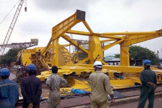 Падіння сталося, коли близько 20 робітників здійснювали монтаж крана і пусконалагоджувальні роботи - В Індії впав підйомний кран, загинули 11 робітників (відео)