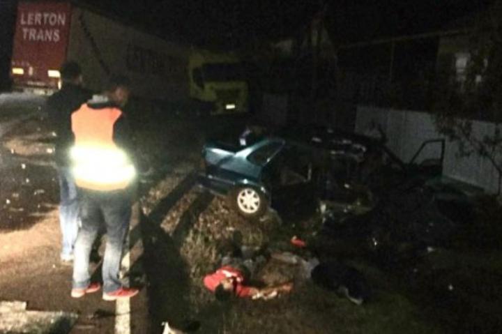 Внаслідок зіткнення транспортних засобів один із пасажирів «ВАЗ 2115», 20-літній житель села Великі Лучки, помер на місці події - На Закарпатті п'яний водій легковика влетів у вантажівку, одна людина загинула
