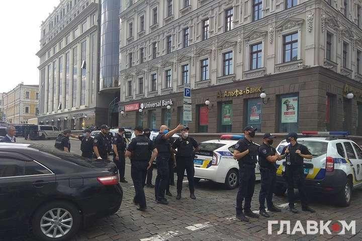Поліція оточила місце спецоперації - Стали відомі вимоги чоловіка, що погрожує підірвати будівлю в центрі Києва
