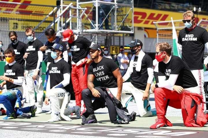 Не клякати під час акціїBlack Lives Matter вирішило семеро пілотів Формули-1 - Пілот Ferrari пояснив, чому не схиляється на коліно під час антирасистських акцій
