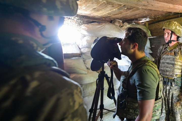 Зеленський на Донбасі запевнив військових, що «ніхто нічого не збирається здавати»