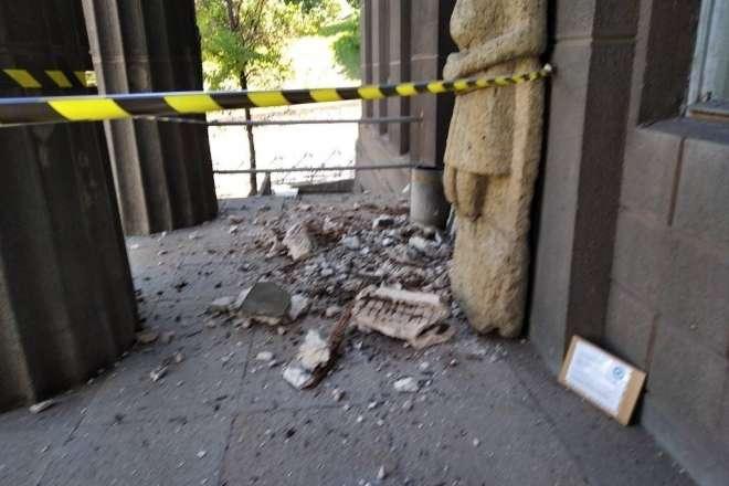З будівлі Національного художнього музею обвалився портик (фото)