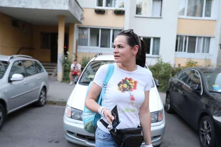 Біля будинку, де живе Світлана Тихановська, чергує велика кількість людей у штатському - Вибори у Білорусі: главу штабу Тихановської помістили в ізолятор