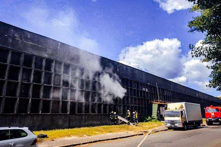 Вогонь охопив площу 150 кв. м - У Києві горіли склади (фото)