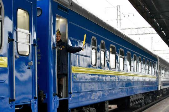 «Укрзалізниця», не двилячись на зменшення продажів квитків на 50%, підняла зарплату топ-менеджменту - Укрзалізниця збільшила зарплати керівництву, незважаючи на падіння перевезень