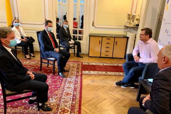 Дмитро Кулеба зустрівся з представниками української громади у Румунії — Україна відкриє нове консульство в Румунії