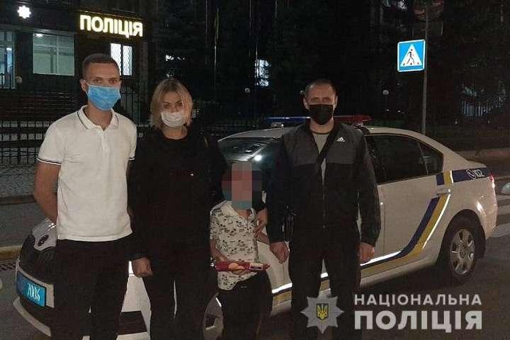 Поліцейські помістили хлопчика до медичного закладу - Вночі на зупинці в Києві знайшли маленького хлопчика біля тітки, що спала на лавці