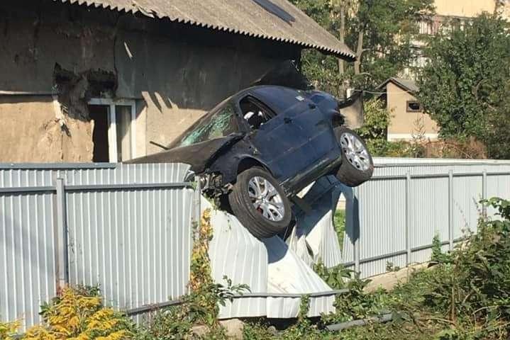 Автомобіль влетів в паркан та завис на ньому - У Чернівцях BMW протаранив паркан: водія на місці ДТП не застали