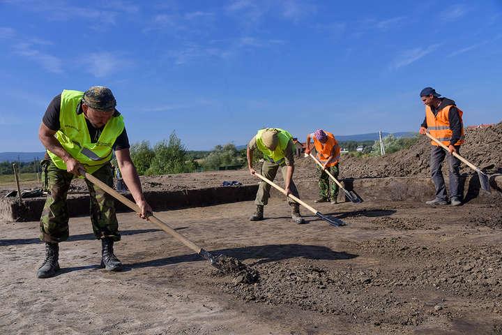 <p>Археологічні дослідження поблизу Трускавця</p> <p> — На Львівщині знайшли поселення, якому понад сім тисяч років»></p></div> <div class=