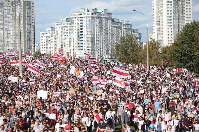 У білоруській столиці в неділю проходить акція протесту. Число її учасників, за даними спостерігачів, перевищила 150 тисяч осіб - Мінська міліція не підтвердила інформацію щодо застосування зброї біля селища Дрозди