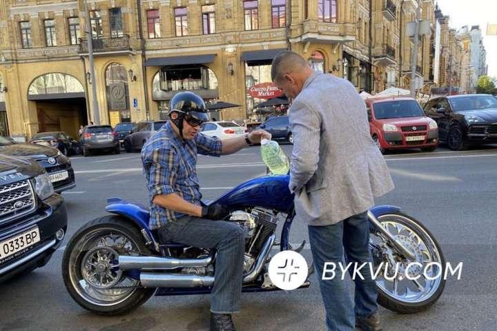 Віталій Кличко заправив бак свого мотоцикла з п'ятилітрової пляшки - Кличко на мотоциклі заглох в центрі Києва і заправився з пляшки: відео