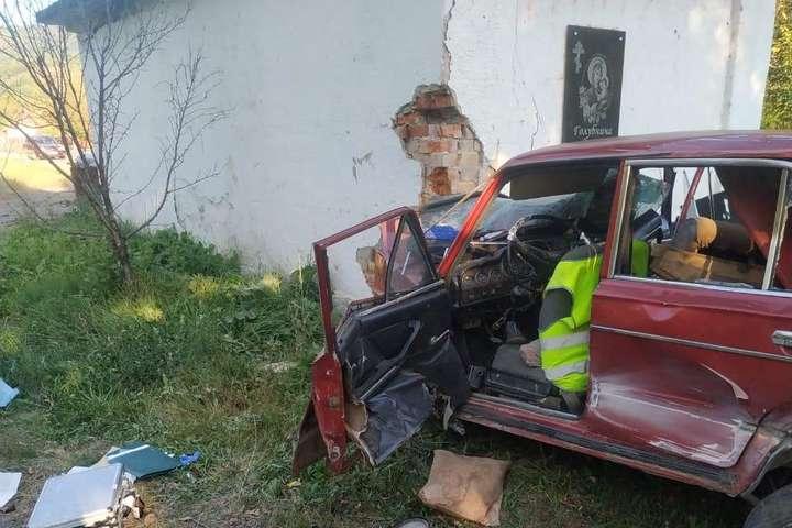 ВАЗ з'їхав на узбіччя та зіткнувся з бетонною будівлею автобусної зупинки - Смертельне ДТП на Закарпатті: ВАЗ влетів у автобусну зупинку (фото)