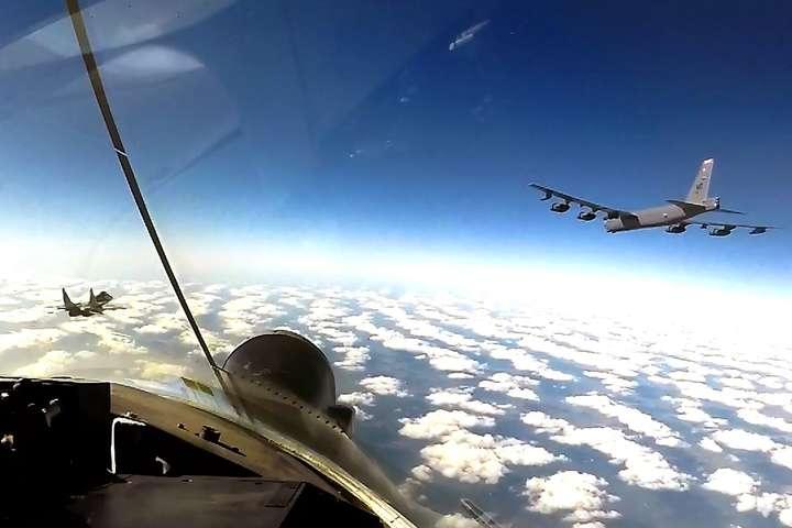 Стратегічні бомбардувальники ВВС США В-52Н у супроводі винищувачів Повітряних сил Збройних сил України патрулювали наше небо - Американські винищувачі патрулювали небо над Україною