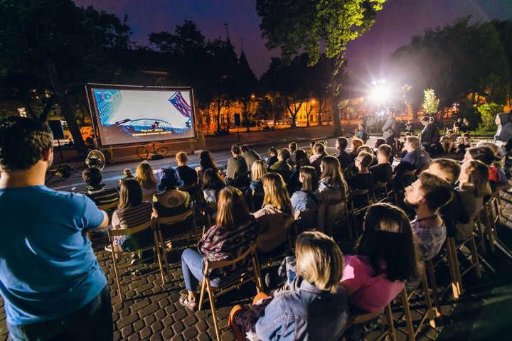 <span>Окрім журі, своїх переможців визначали також глядачі</span> — Львівський кінофестиваль Wiz-Art оголосив переможців»></div> <p><span>Окрім журі, своїх переможців визначали також глядачі</span></p> </p></div> <p>13-й Львівський міжнародний фестиваль короткометражних фільмів Wiz-Art 13 вересня оголосив переможців.</p> <p>Їх визначало міжнародне журі:<span>Богдан Мурешан, Юлія Сінькевич, Анна Корінек, Декель Беренсон</span>,<span>Іван Козленко</span>та<span>Катерина Горностай</span>, а також глядачі. Журі та глядачів обирали серед 30 фільмів – 12 у національній та 18 в міжнародній програмах.</p> <p>Перелік переможців:</p> <ul> <li>гран-прі: «Не спи, будь напоготові» Пам Тьєн Ан;</li> <li>спеціальна відзнака у міжнародному конкурсі: «Південна лихоманка» Томаса Вудрофа;</li> <li>найкращий сценарій у міжнародному конкурсі: «Кавуновий сік» Ірене Морай;</li> <li>приз глядацьких симпатій міжнародного конкурсу: «Традиція» Іосеб «Сосо» Бліадзе;</li> <li>найкращий український фільм: «Врятуйте мене, лікарю» Дмитра Грешка;</li> <li>спеціальна відзнака 1 у національному конкурсі: «Килим» Наталії Кисельової;</li> <li>спеціальна відзнака 2 у національному конкурсі: «У нашій синагозі» Івана Орленка;</li> </ul> <p>Приз глядацьких симпатій у національному конкурсі здобув фільм Івана Орленка «У нашій синагозі». Він отримує номінацію на European Audience Award (його представлять на 10 європейських кінофестивалях), а також грант у 100 тисяч гривень від Львівської міської ради на зйомки наступного фільму у Львові.</p> <p>Нагадаємо, що <a href=